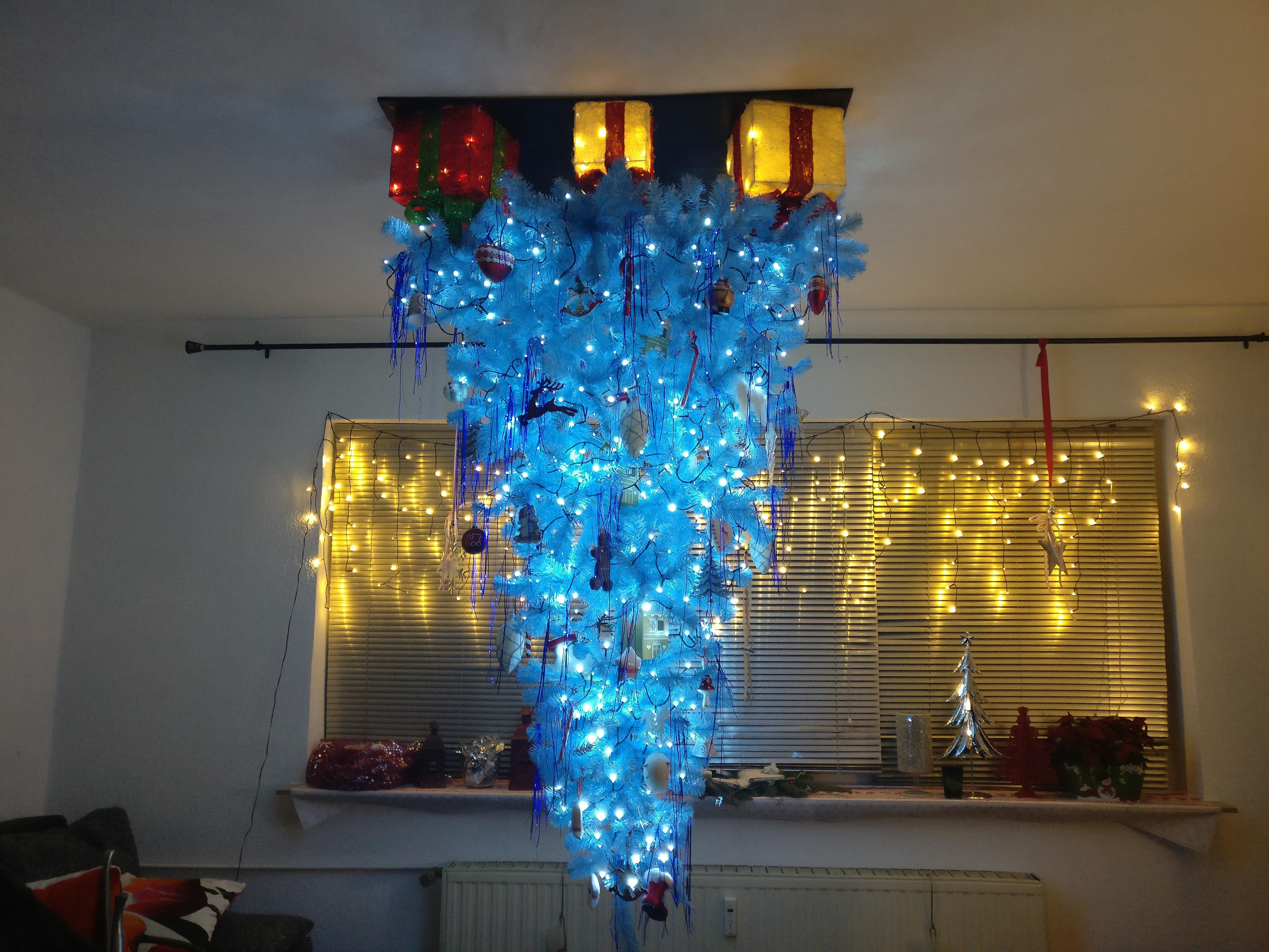 Weihnachtsbaum an der decke aufgehangt